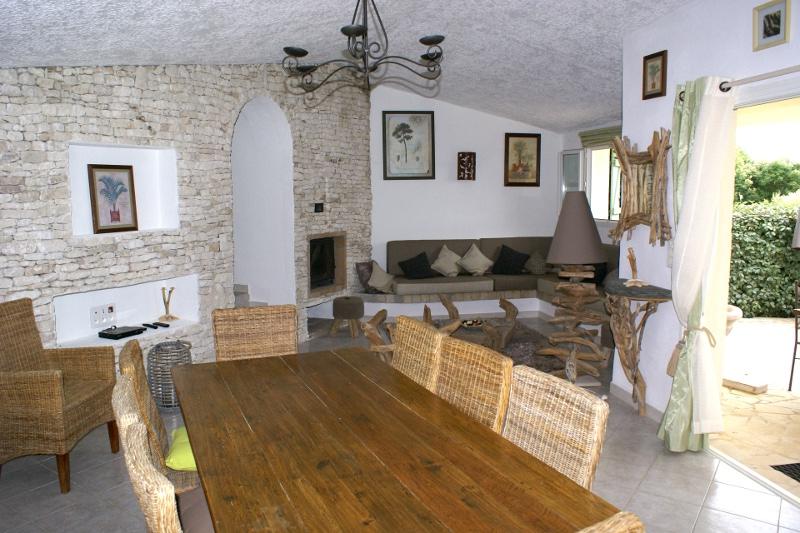 Domaine de la diva location de villa maison porto vecchio for Salle À manger contemporaineavec lit À eau